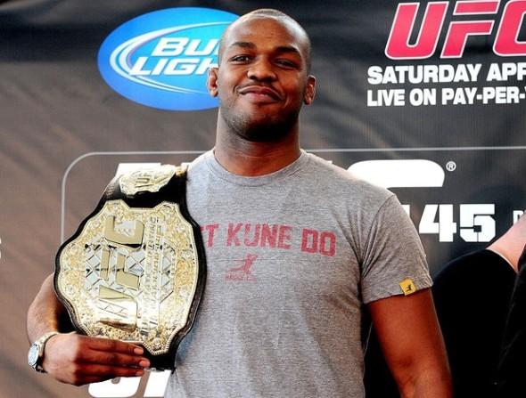 Jon jones segurando o cinturão dos meio pesados do UFC