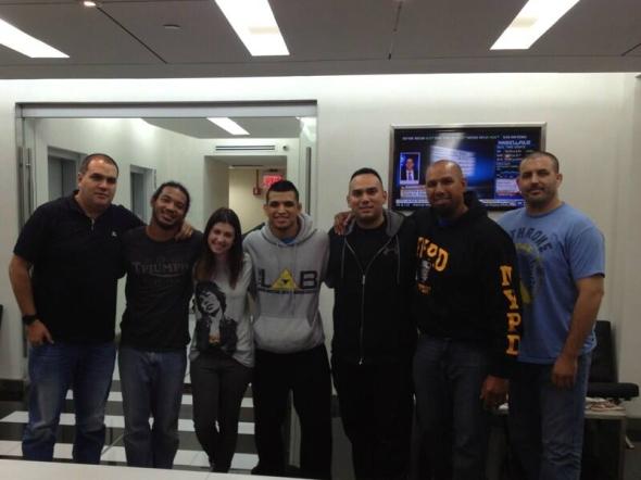 Ben Henderson e Efrain Escudero posam para foto com a equipe em Nova York, antes de embarcar para o Brasil. Foto: Twitter/Reprodução